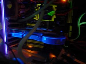 X800 XL Radeon Gépbe szerelve s úgy UV fény hatása alatt