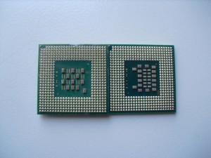 Bal oldalt egy asztali S478-as P4, míg jobbra a Core Solo T1300 lábai látható