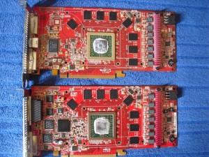 Crossfire vezerlő chip látható az alsó kártyán